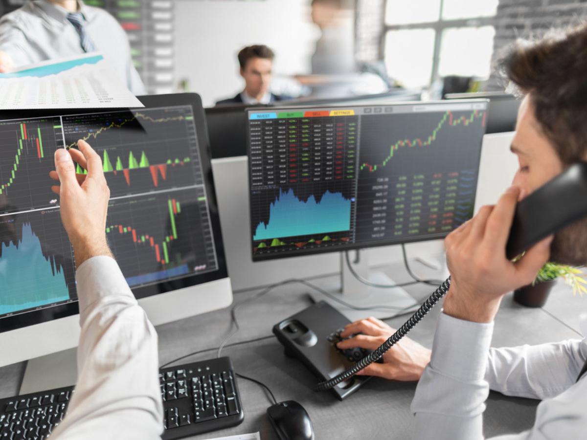 Phân tích cơ bản và phân tích kỹ thuật trong đầu tư chứng khoán