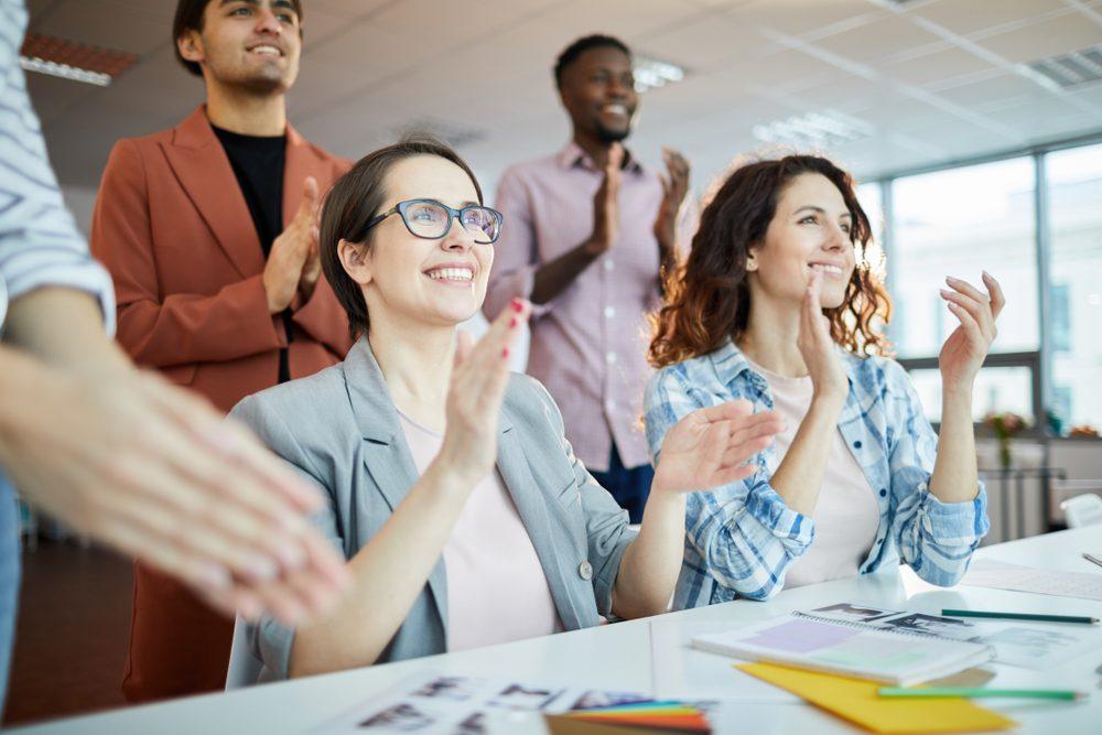 Người quản lý nên làm gì để biết sự hài lòng của nhân viên với công việc?