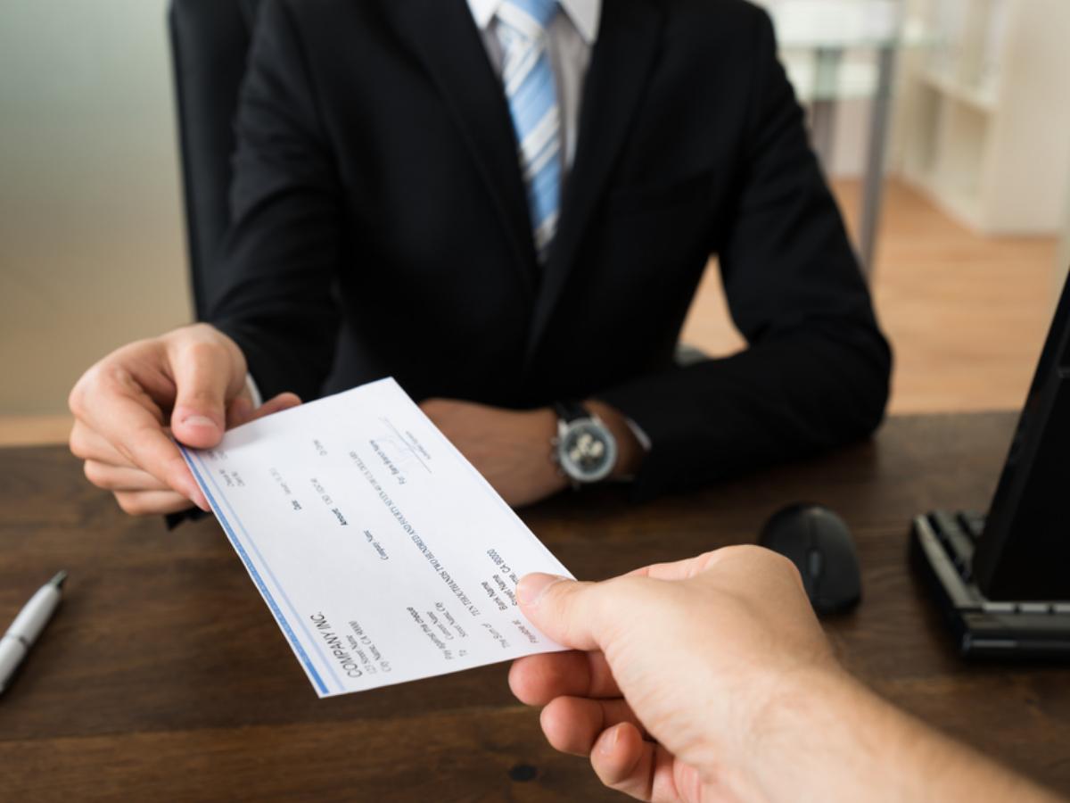 Giao dịch viên ngân hàng ưu điểm thế nào, khuyết điểm ra sao?