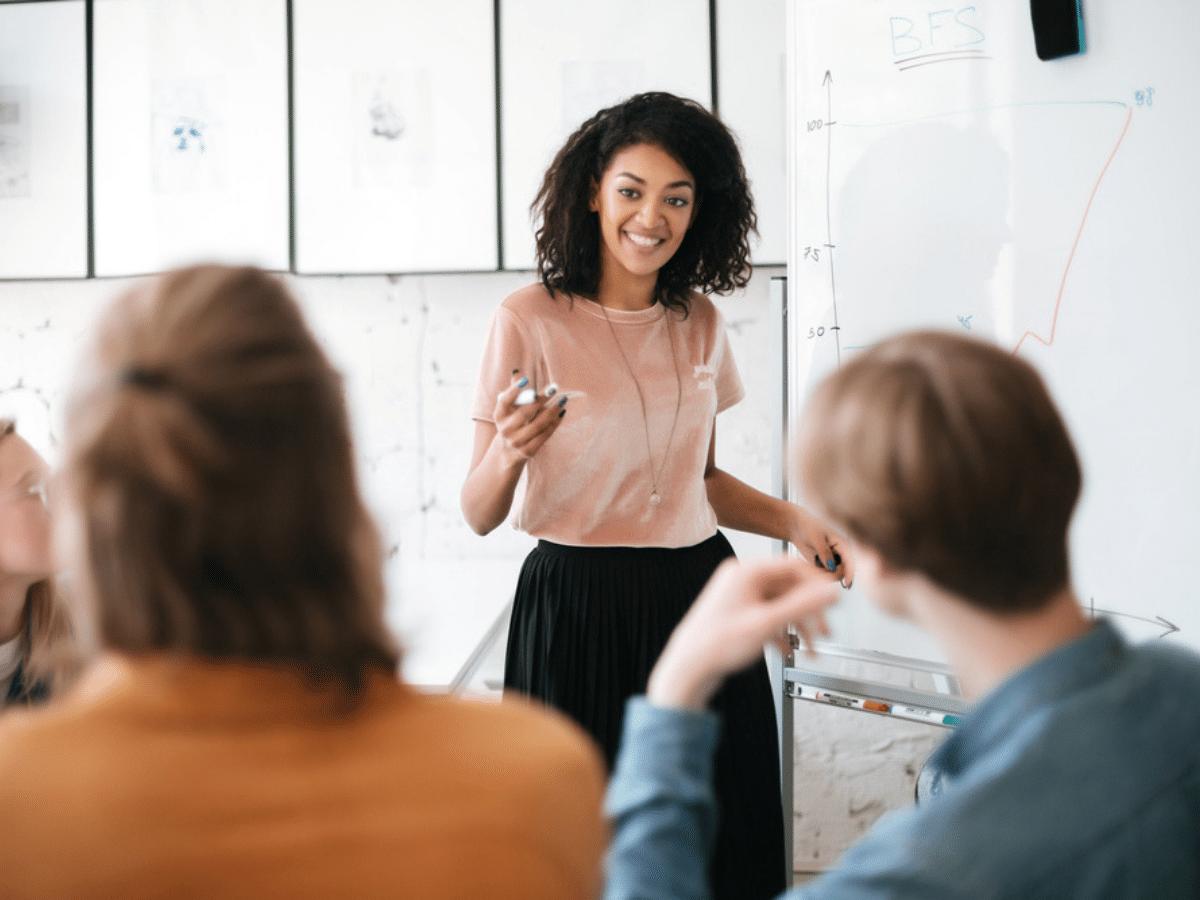 Cách giao tiếp tốt và 4 bước giúp bạn tự tin trước đám đông