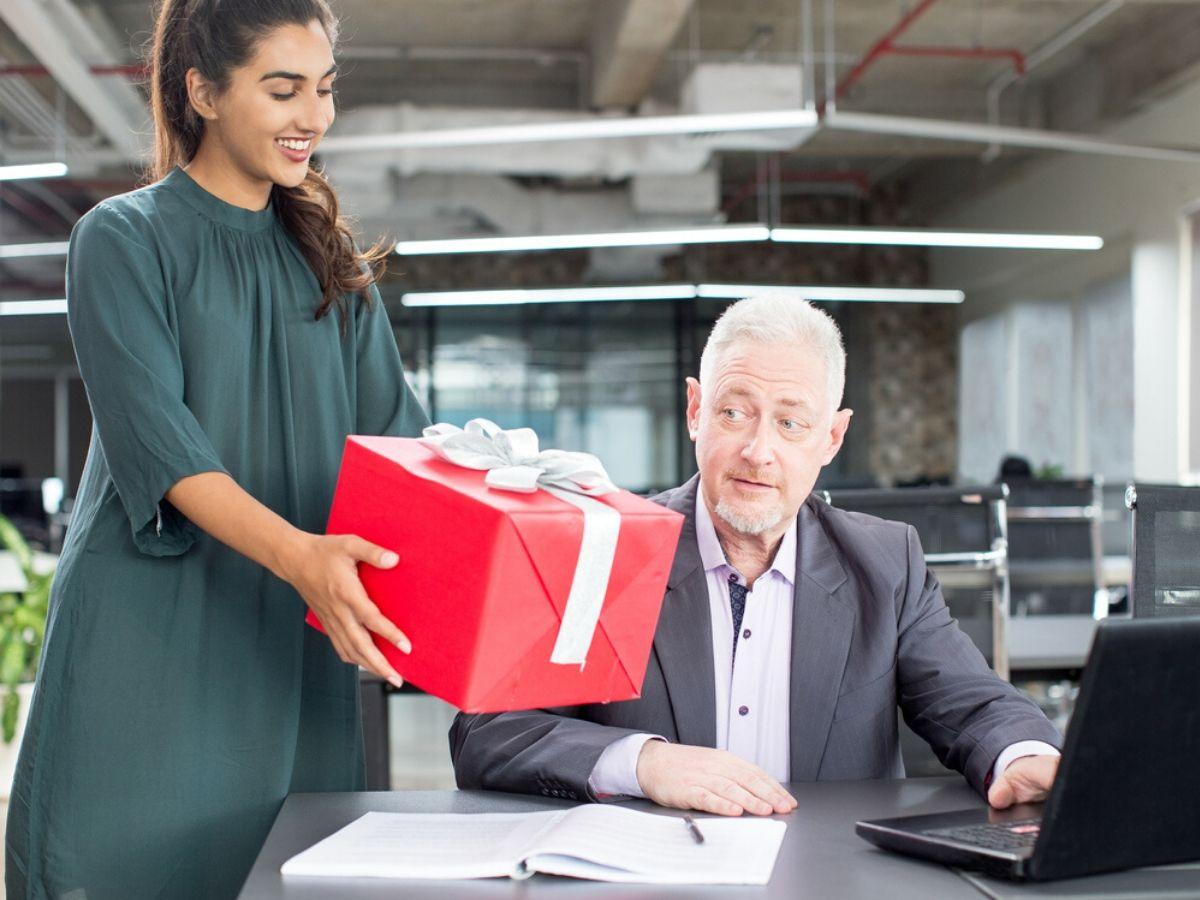 """Làm thế nào để tránh """"thị phi"""" khi biếu quà Tết cho sếp?"""
