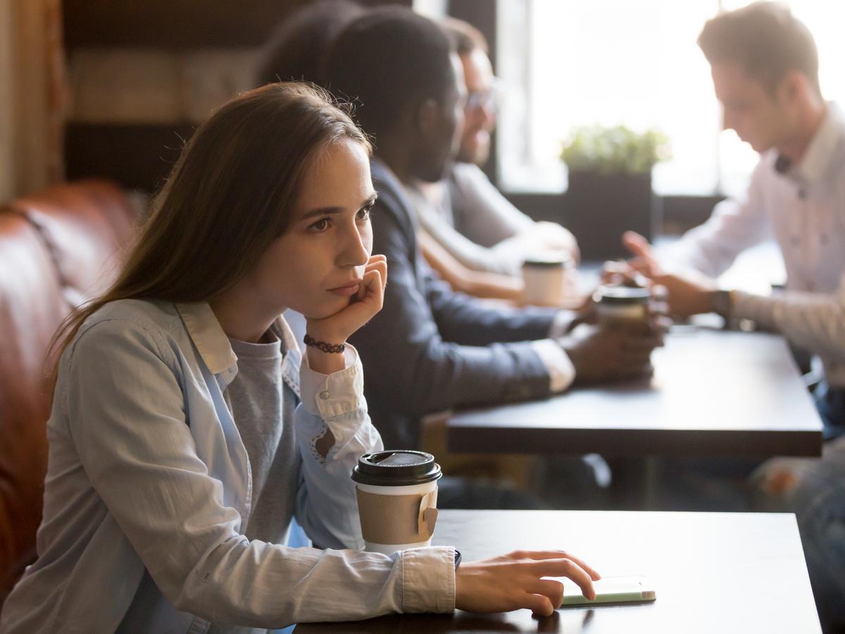 Làm thế nào để đối phó với cảm giác bị cô lập tại nơi làm việc